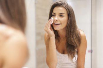 Por que tirar a maquiagem antes de dormir é tão importante?